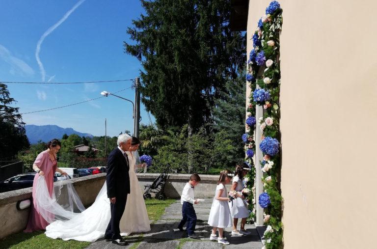 ingresso chiesa matrimonio con paggetti e damigelle
